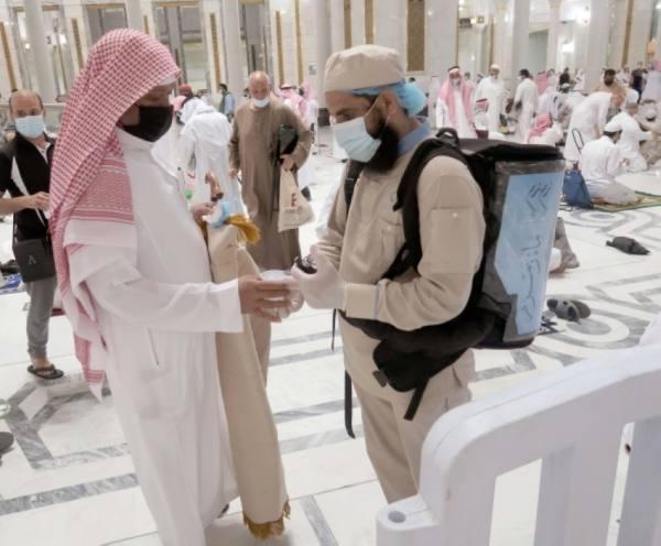 200 ألف عبوة زمزم يوميا تُوزَّع بالمسجد الحرام