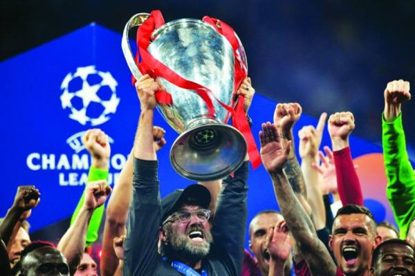 كلوب يحتفل مع لاعبيه بلقب دوري أبطال أوروبا