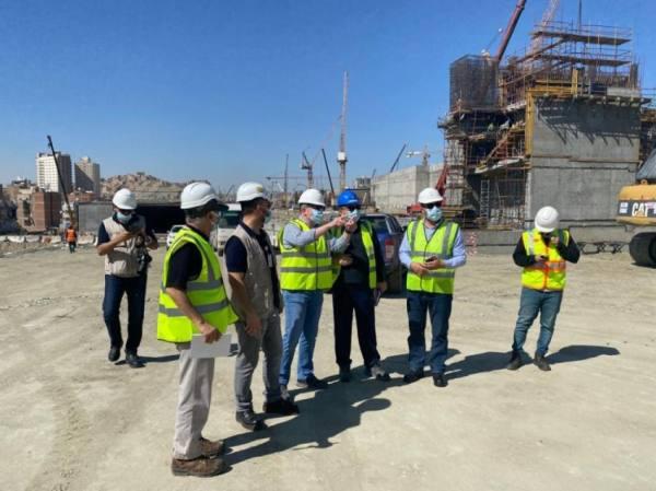 فريق فني يراقب مشاريع البنية التحتية لمشروع الطريق الموازي بمكة
