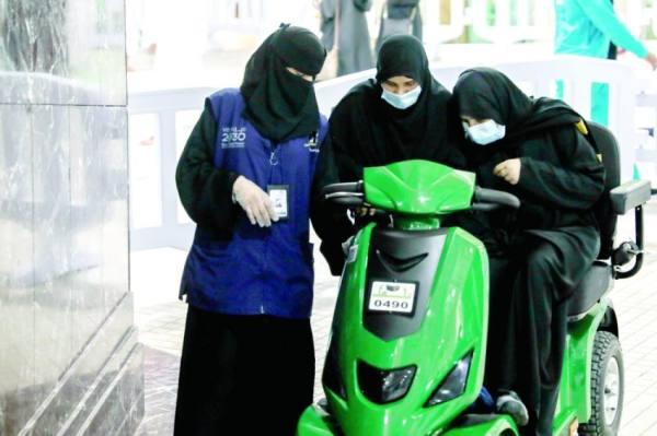النساء يؤدين واجبهن بالمسجد الحرام