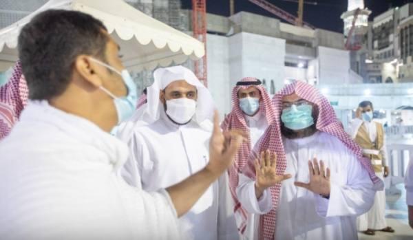 السديس يتفقد نقاط التفويج والفرز أمام باب الملك عبدالعزيز