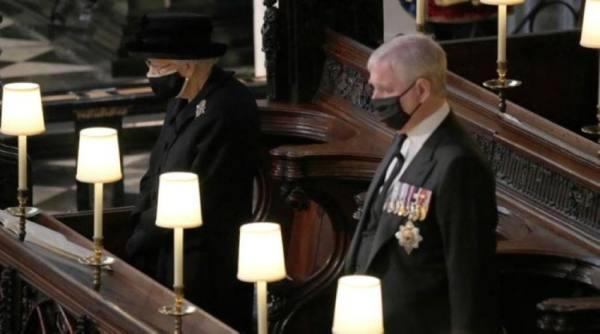 الأمير أندرو أهدى الملكة إليزابيث كلبين لتحسين حالتها النفسية بعد وفاة زوجها