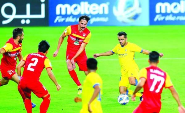 عبدالفتاح وسط حصار من لاعبي فولاد في مباراة الثلاثاء الماضي