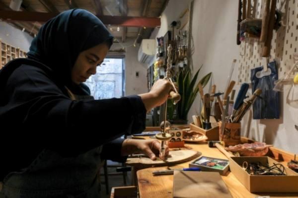 شابة تحترف صناعة المجوهرات وتفتح ورشة بتاريخية جدة
