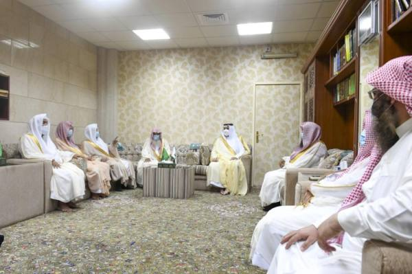 أمير المدينة يؤكد على دور أئمة المسجد النبوي