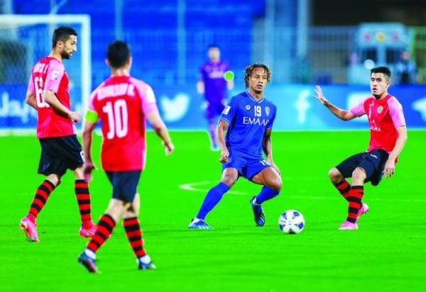 كاريلو محاصر بثلاثة لاعبين من فريق استقلول الطاجيكي
