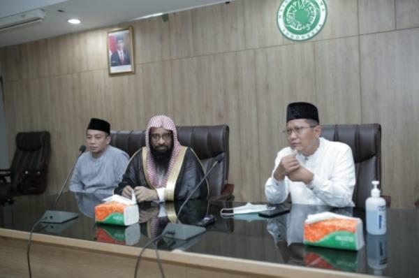 توزيع 1750 سلة غدائية رمضانية من برنامج خادم الحرمين في إندونيسيا