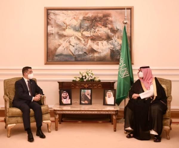 تركي بن محمد يستعرض مع وزير التجارة الماليزي أوجه التعاون