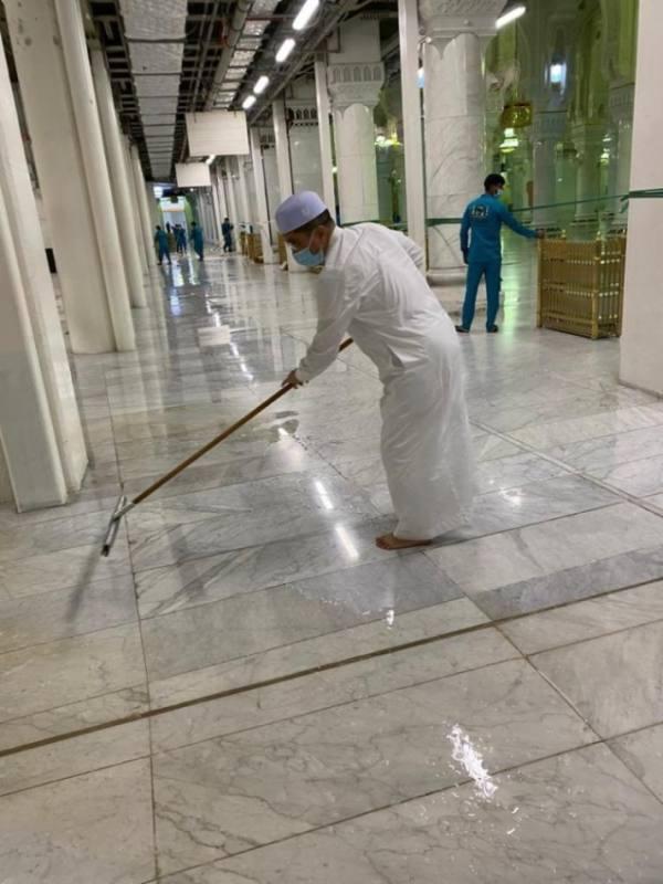 صورة.. وزير التجارة الماليزي يشارك في إزالة آثار الأمطار بالحرم المكي