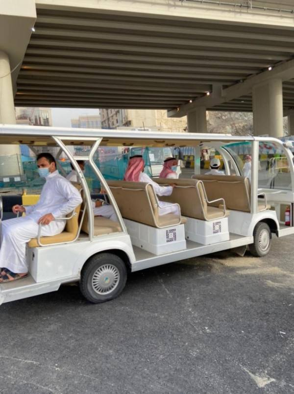 18 عربة كهربائية صديقة للبيئة تنقل المعتمرين والمصلين من ذوي الاحتياجات الخاصة وكبار السن