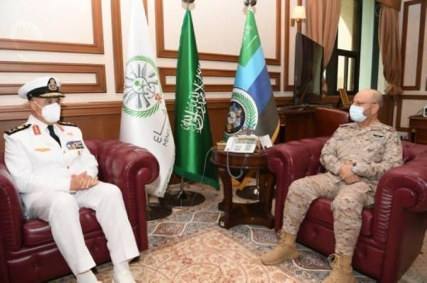 رئيس هيئة الأركان يبحث مع قائد البحرية المصرية أوجه التعاون