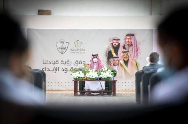نائب أمير منطقة حائل يزور مقر نادي الطائي