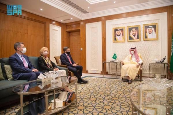 وزير الخارجية يناقش القضايا المشتركة مع وفد أمريكي