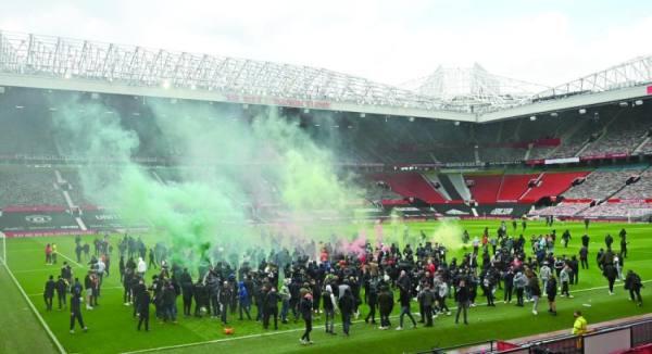 جماهير اليونايتد تجتاح «أولد ترافورد» وتؤجل مباراة ليفربول