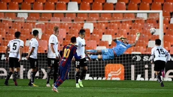 ميسي ينقذ برشلونة بهدفين أمام فالنسيا