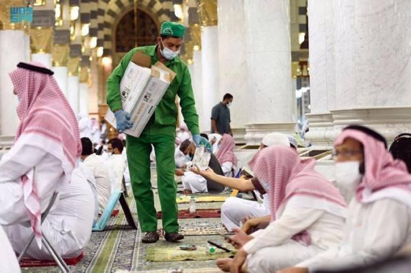 تقديم 150 ألف عبوة ماء زمزم و2400 عبوة تمر في أول ليلة من العشر الأواخر بالمسجد النبوي