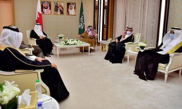 وزير الإعلام المكلف يستقبل وزير شؤون الإعلام البحريني