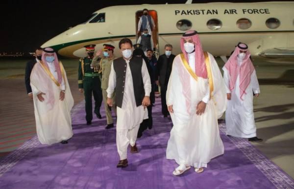 ولي العهد يستقبل رئيس الوزراء الباكستاني بمطار الملك عبدالعزيز