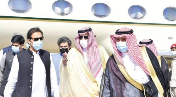 الأمير فيصل بن سلمان أثناء استقباله عمران خان