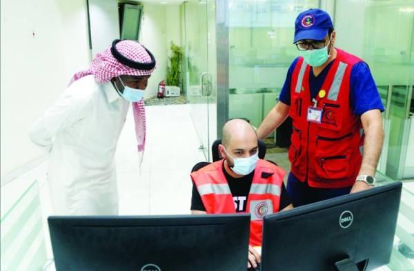 مدير عمليات الهلال الأحمر خلال شرحه آلية تلقي البلاغات