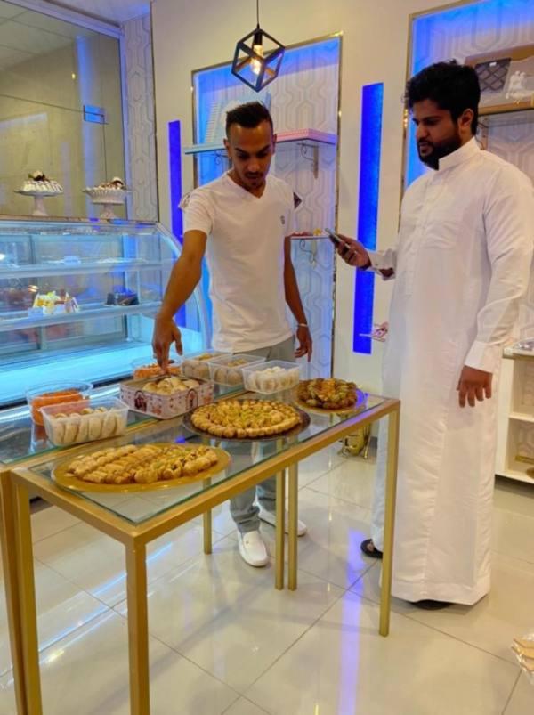 منصور الطوري صاحب محل حلويات يتحدث للزميل السالم
