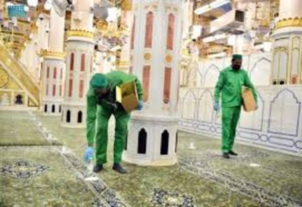 توزيع عبوات زمزم داخل المسجد النبوي