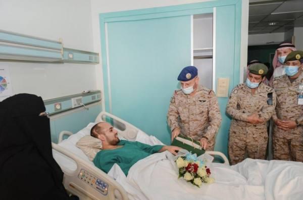 رئيس الأركان يعايد مصابي القوات المسلحة..والأبطال: أرواحنا للوطن