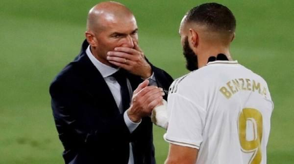 زيدان يبلغ لاعبي ريال مدريد برحيله عن الفريق