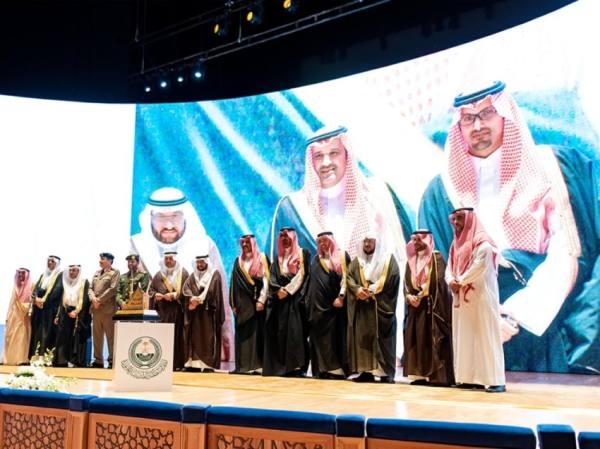 جانب من تقديم الجوائز للقطاعات الحكومية