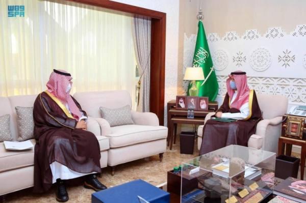 أحمد بن فهد يطّلع على جهود لجنة تراحم الشرقية