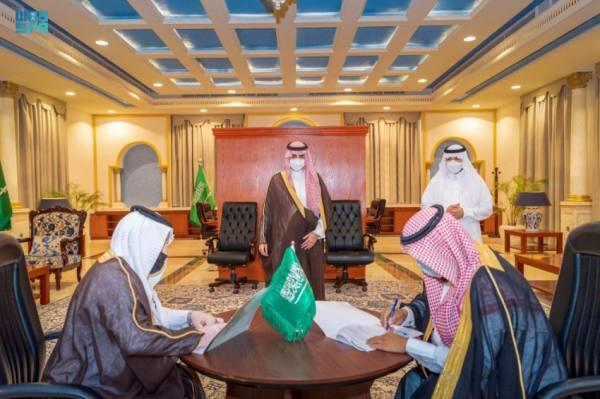 أمير الجوف يشهد توقيع اتفاقيات لشؤون الإسكان ويطلق