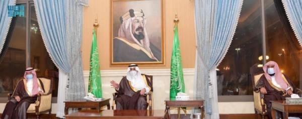 أمير تبوك يلتقي الأهالي ومسؤولي الإدارات الحكومية بالمنطقة