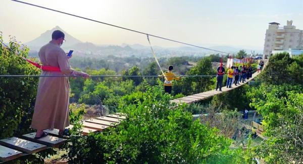 الجسر المعلق يجذب الزوار لحديقة الباحة النباتية