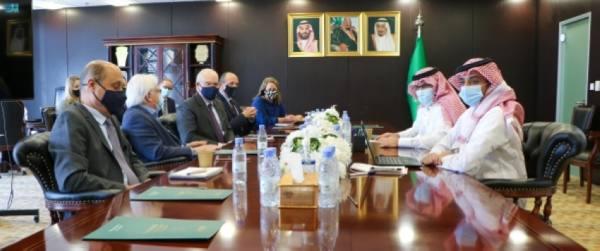 السفير آل جابر يبحث مع مبعوثي الأمم المتحدة وأمريكا إلى اليمن جهود وقف إطلاق النار