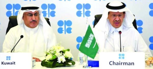 عبدالعزيز بن سلمان خلال ترؤسه اللجنة الوزارية وعلى يمينه وزير الطاقة الكويتي