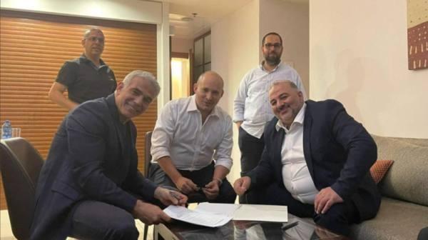 منصور عباس في لقطة مع رئيس الحكومة الاسرائيلي الجديد
