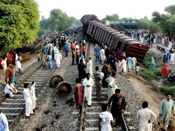 مقتل وإصابة العشرات إثر اصطدام قطاري ركاب جنوب باكستان