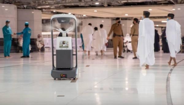 10 روبوتات تطوف المسجد الحرام للتعقيم