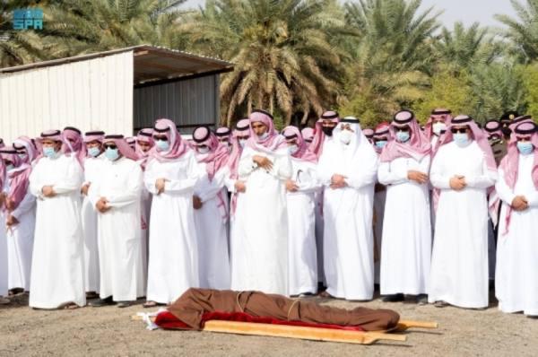 نائب أمير الرياض يؤدي صلاة الميت على المستشار ابن فويز