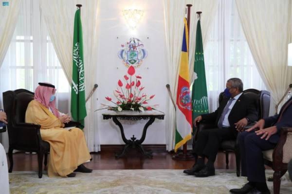 وزير الشؤون الإفريقية يبحث في سيشل تعزيز التعاون والعلاقات الثنائية
