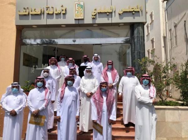 أمين عام المجالس البلدية يستعرض أعمال بلدي الطائف