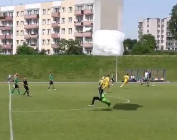 مظلي يهبط في ملعب أثناء مباراة كرة قدم.. والحكم يمنحه إنذاراً