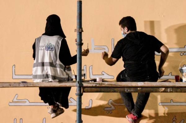 50 متطوعاً ينجزون جدارية ببغدادية جدة