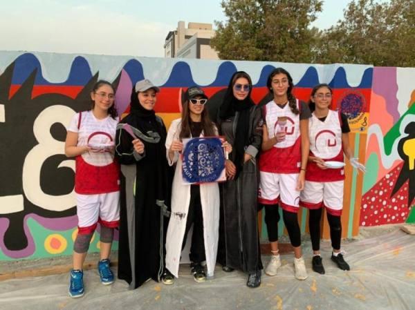 شابة سعودية تطلق جدارية تحفيزية عملاقة في جدة