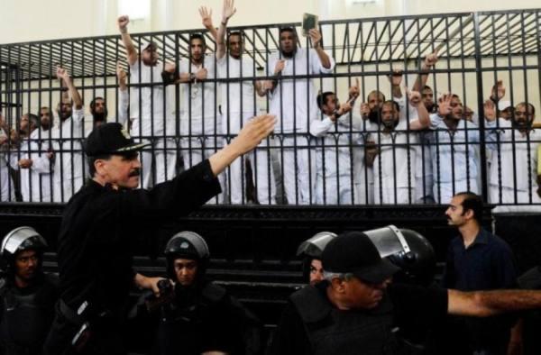 الاعدام لـ 12 من الاخوان المسلمين وتخفيف العقوبة عن 31 في مصر