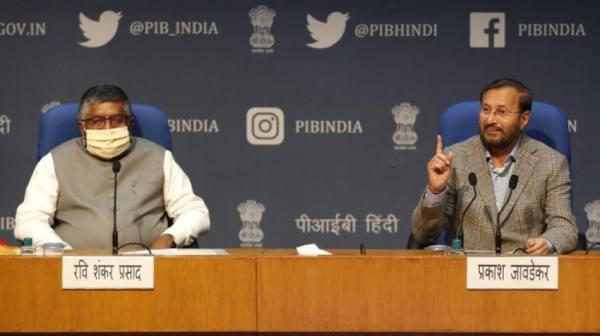 وزير تكنولوجيا المعلومات الهندي رافي شانكار براساد، إلى اليسار، ووزير الإعلام والإذاعة براكاش جافاديكار