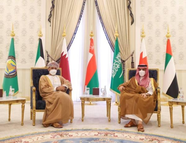 وزير الخارجية يناقش مع نظيره العُماني القضايا الإقليمية والدولية