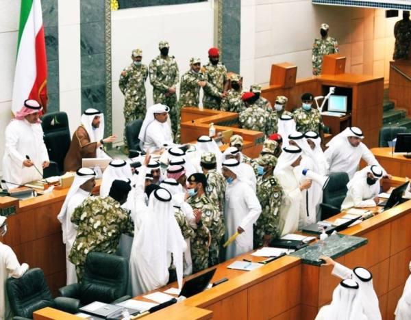 صور.. اشتباك بين النواب في مجلس الأمة الكويتي