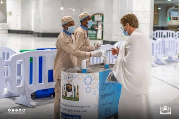 توزيع أكثر من 15 مليون عبوة ماء زمزم بالمسجد الحرام