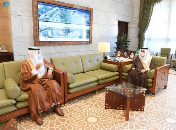 أمير الرياض يطلع على أعمال جمعية منتدى الخبرة